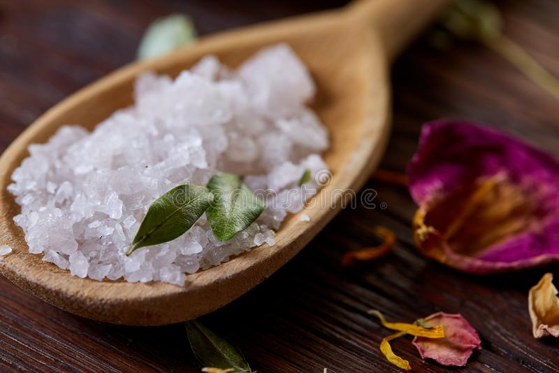 Sammansättning av brunnsortbehandling på träbakgrund Salt hav och blommor bakgrund, slut upp, bästa sikt, selektiv fokus royaltyfria foton