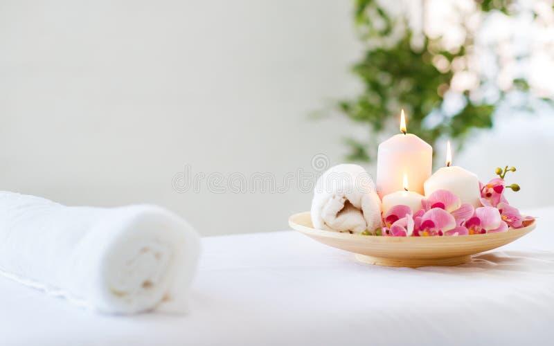 Sammansättning av brunnsortstearinljus och handdukar arkivfoto