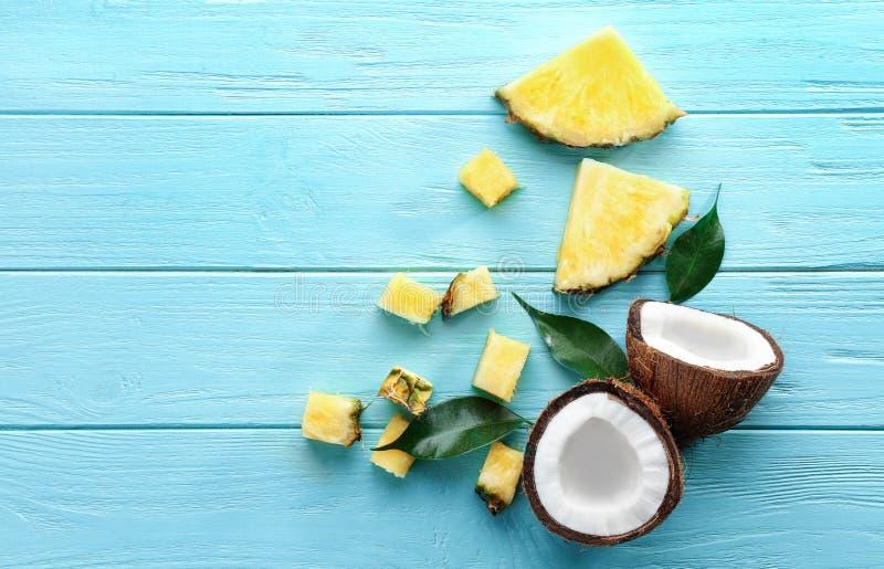 Sammansättning av den nya ananasskivor och kokosnöten royaltyfri fotografi
