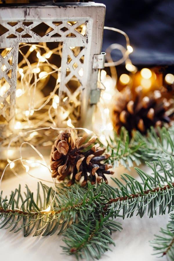 Sammansättning av kottar, ljusstakefilialer handdukar för bevekelsegrunder för kök för julbomullstyg royaltyfri fotografi