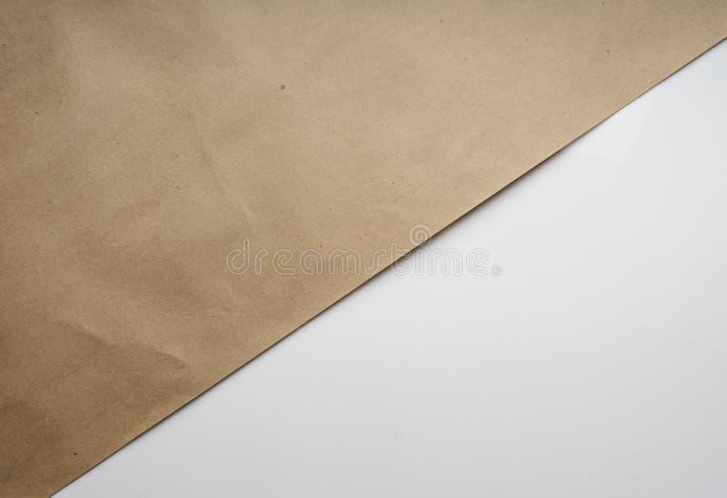 Sammansättning av Kraft brunt inpackningspapper på vit geometrisk bakgrund Bästa sikt för ljus typografisk design, närbild stock illustrationer