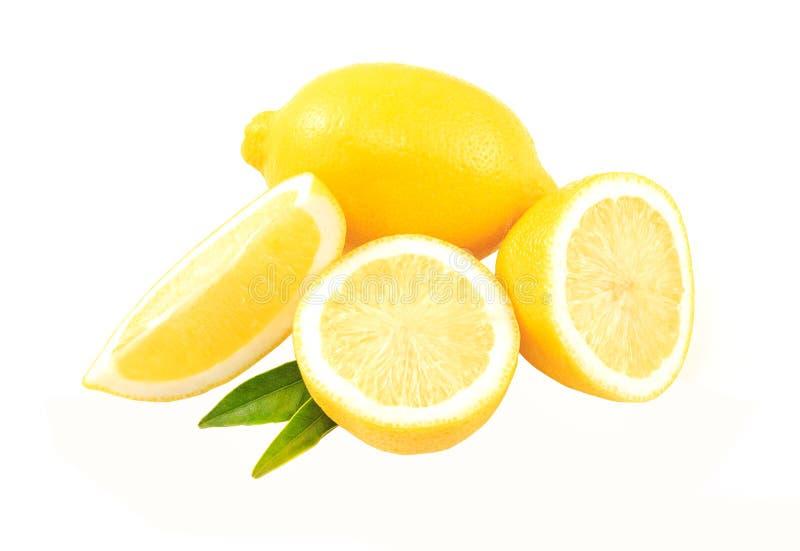 Sammansättning av läckra citroner för citrusgulingfrukt och gräsplansidor på royaltyfria bilder