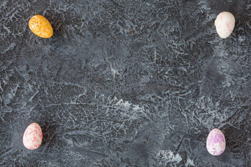 Sammansättning av målade påskägg på mörker stenar bakgrund royaltyfri fotografi