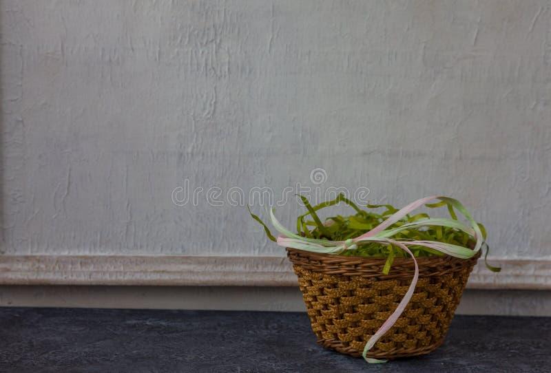 Sammansättning av målade påskägg på mörker stenar för tabellen och vit väggbakgrund för tappning arkivfoto