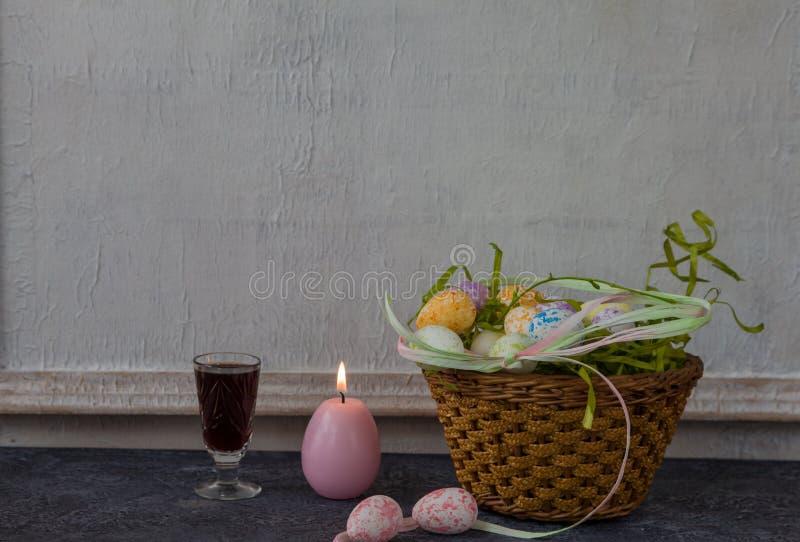Sammansättning av målade påskägg på mörker stenar för tabellen och vit väggbakgrund för tappning royaltyfri fotografi