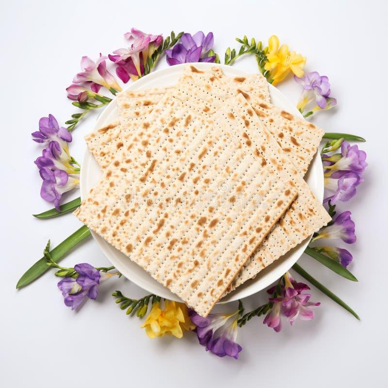 Sammansättning av matzoen och blommor på ljus bakgrund, bästa sikt royaltyfri foto