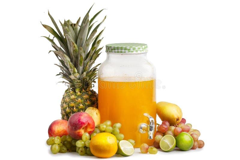 sammansättning av mogna saftiga frukter och en exponeringsglaskrus med lemonad Isolerad vit bakgrund royaltyfri foto