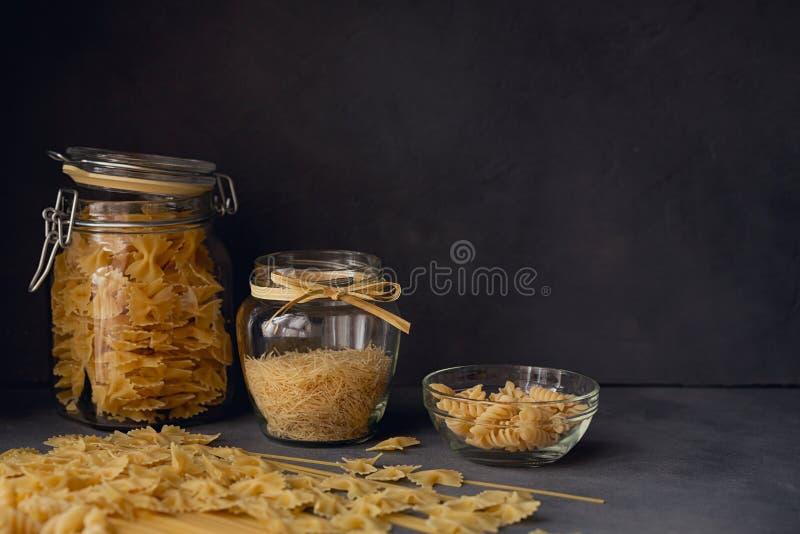 Sammansättning av okokt italiensk pasta royaltyfri bild