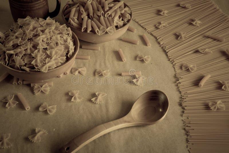 Sammansättning av okokt italiensk pasta arkivbilder