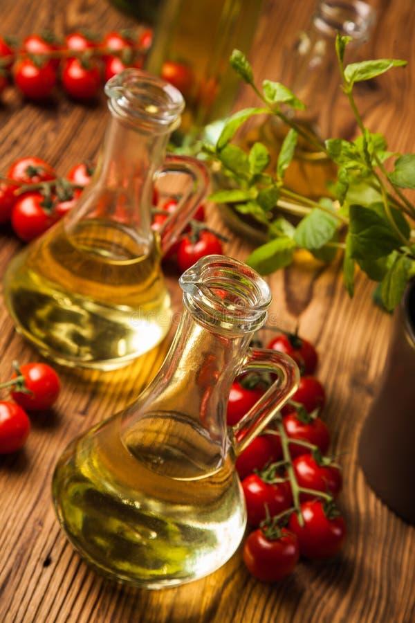 Sammansättning av olivoljor i flaskor arkivbild
