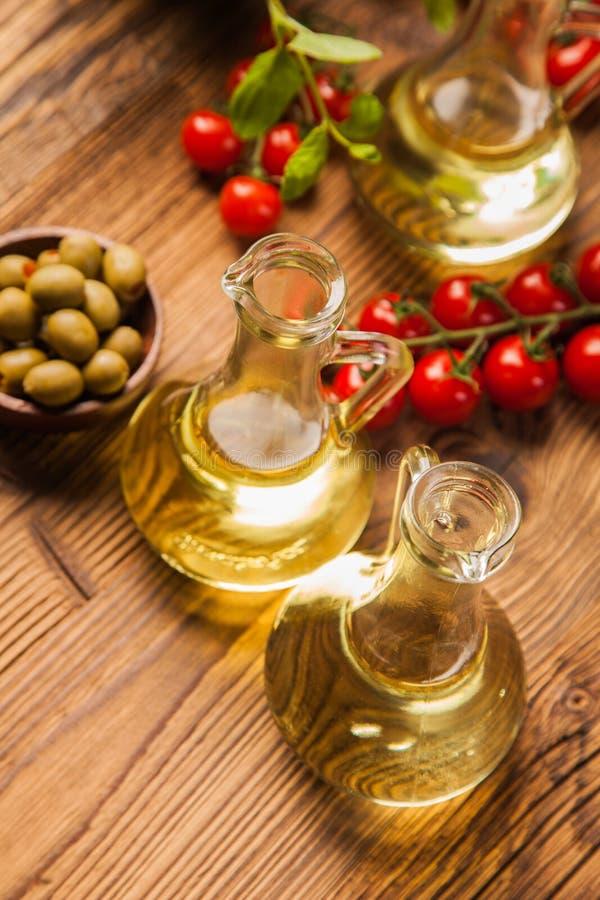 Sammansättning av olivoljor i flaskor arkivfoto