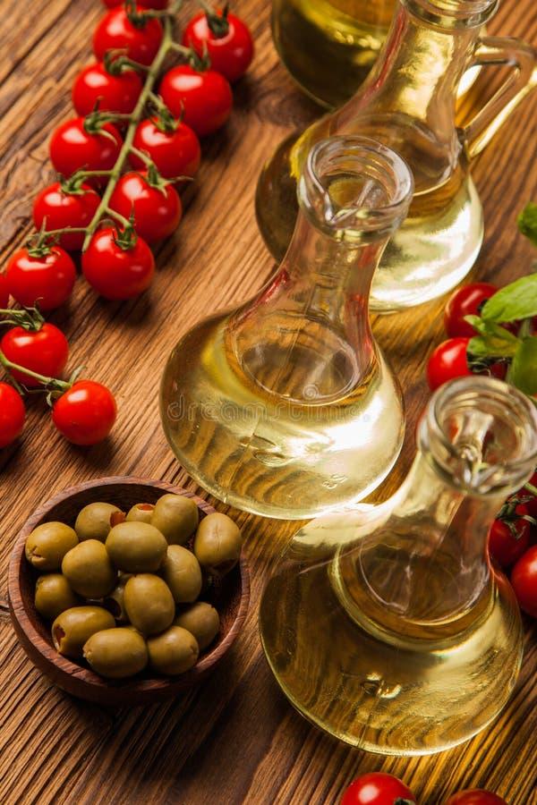 Sammansättning av olivoljor i flaskor royaltyfria bilder