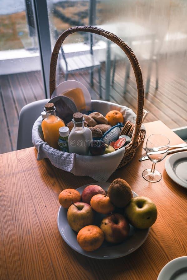 Sammansättning av picknickkorgen, bagetter, druvor, flaska av vin, driftstoppkrus Foto som tas i Azores, Portugal arkivbild