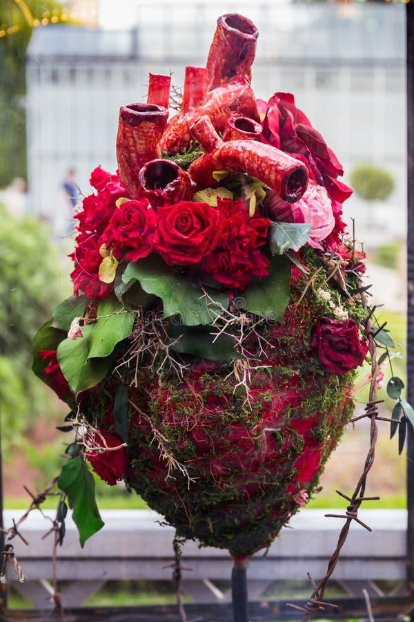 Sammansättning av röda rosa blommor i formen av en hjärta royaltyfri fotografi