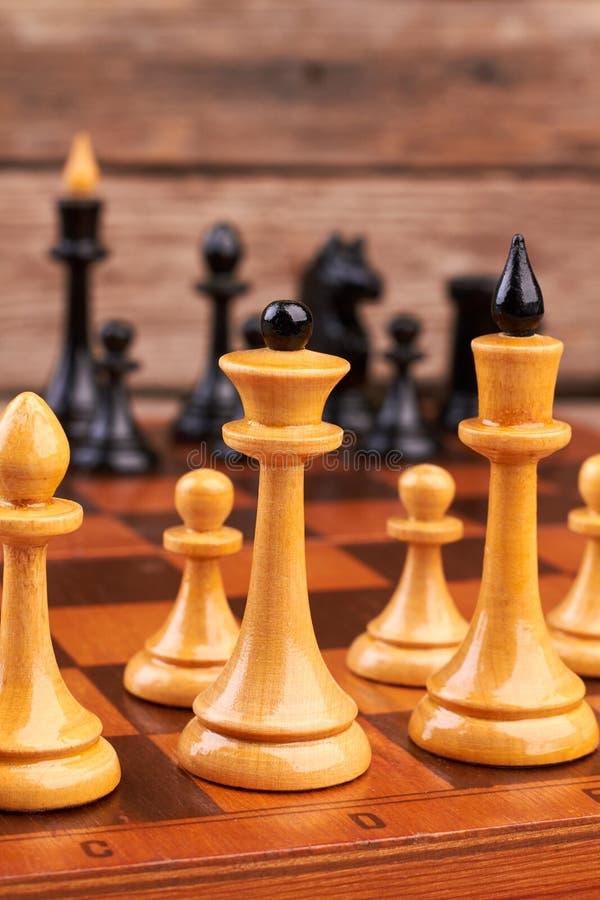 Sammansättning av schackstyckena på schackbräde arkivbild