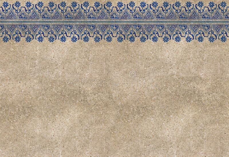 Sammansättning av typiska portugisiska garneringar kallade azulejos på den gamla murbrukväggen - begreppsbild med kopieringsutrym royaltyfria foton