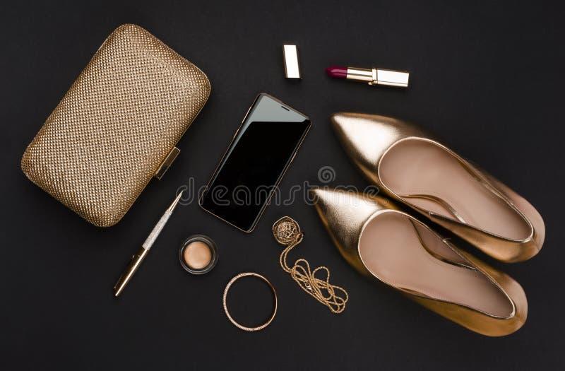 Sammansättning av uppsättningen för affärskvinna av modetillbehör på svart royaltyfri bild
