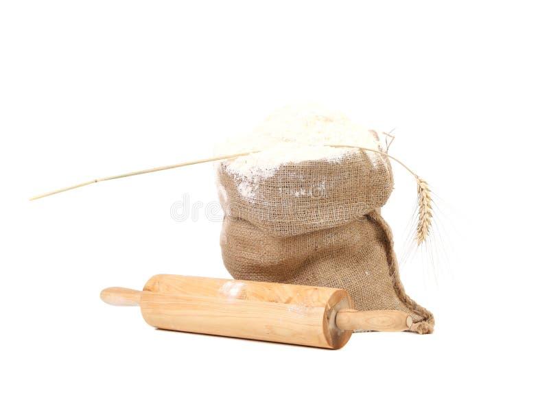 Sammansättning av vetemjöl i säck. arkivfoto