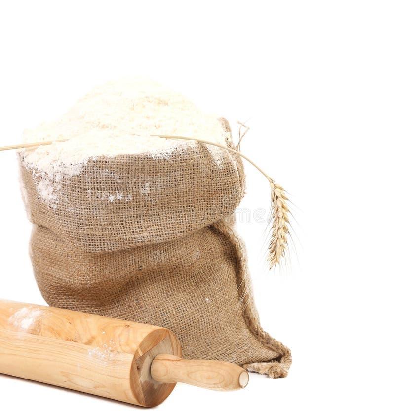 Sammansättning av vetemjöl i säck. royaltyfri foto