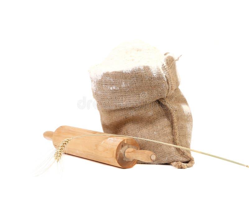Sammansättning av vetemjöl i säck. royaltyfri bild