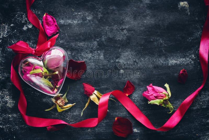 Sammansättning för dag för valentin` s med torkade rosor royaltyfri bild