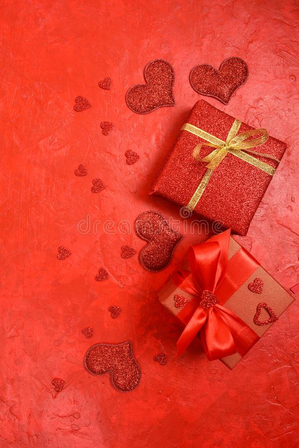 Sammansättning för dag för valentin` s Rosor, gåva, exponeringsglas och vin, röda hjärtor Top beskådar arkivbilder