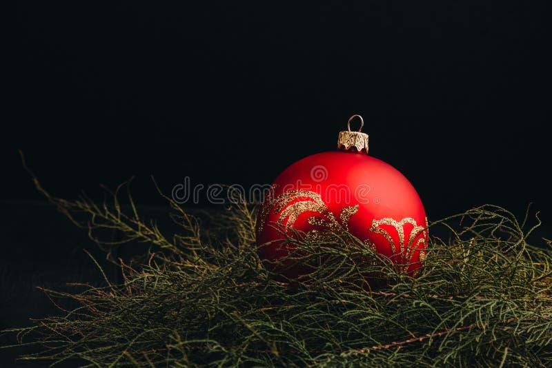 Sammansättning för garnering för nytt år för jul Bästa sikt av denträd filial- och bollramen på träbakgrund med stället för ditt arkivfoton