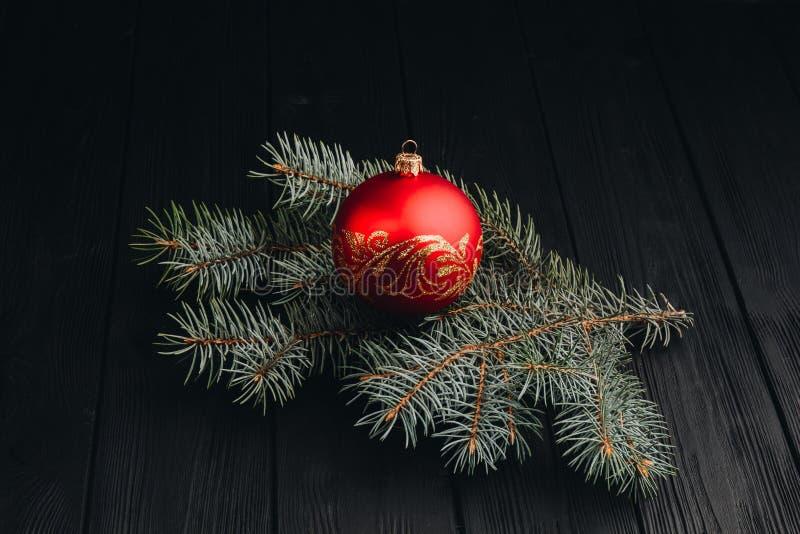 Sammansättning för garnering för nytt år för jul Bästa sikt av denträd filial- och bollramen på träbakgrund med stället för ditt royaltyfri bild