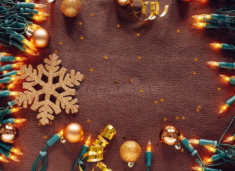Sammansättning för jul och för nytt år Julbollar i guld, sno royaltyfria bilder
