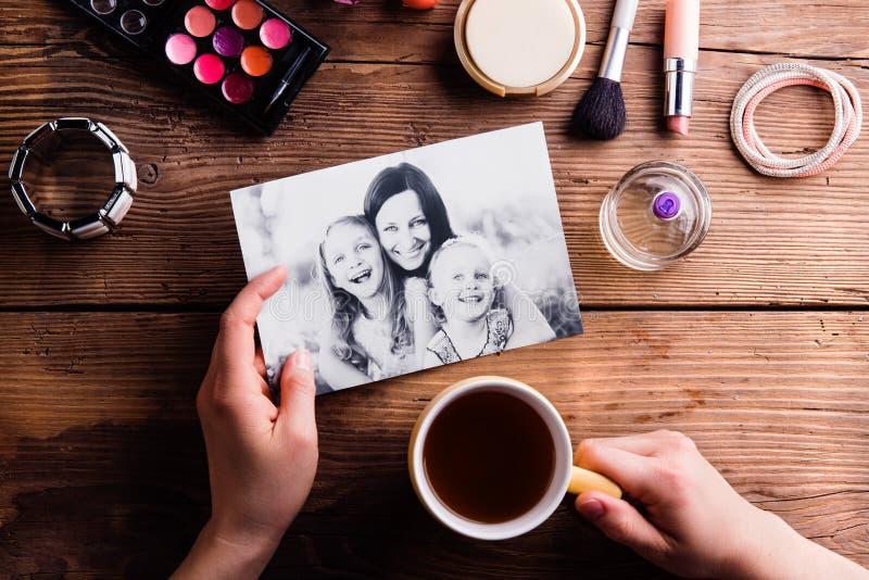 Sammansättning för moderdag Foto, kaffe och sminkprodukter fotografering för bildbyråer