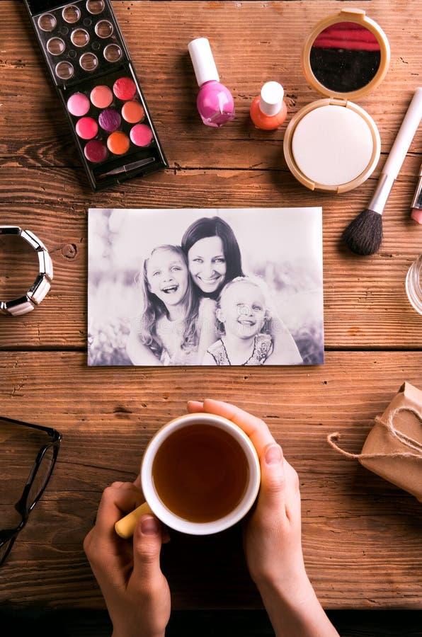 Sammansättning för moderdag Foto, kaffe och sminkprodukter royaltyfria bilder