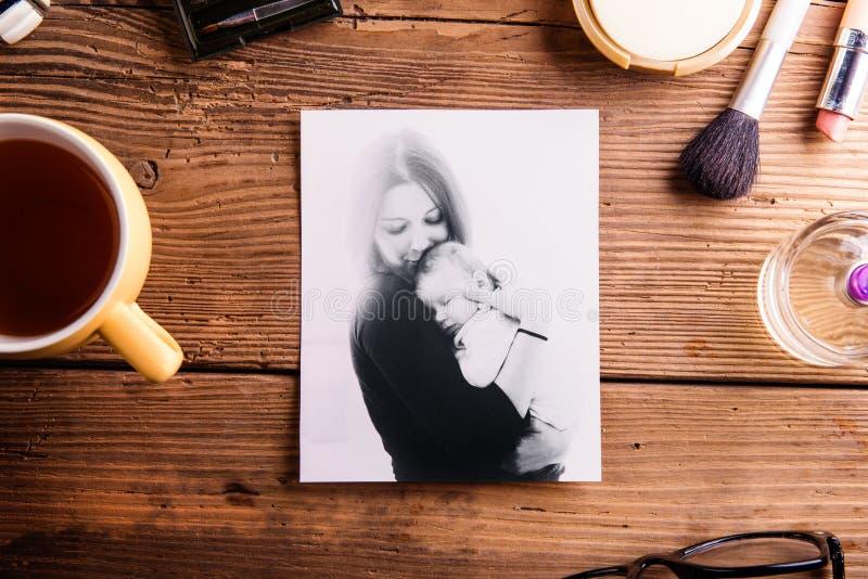 Sammansättning för moderdag Foto, kopp kaffe och skönhetsmedel arkivbilder