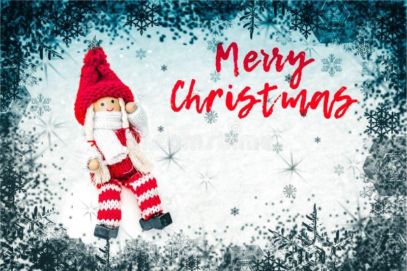 Sammansättning för nytt år med julstruntsaken, snö och snöflingor - julpynt arkivfoto