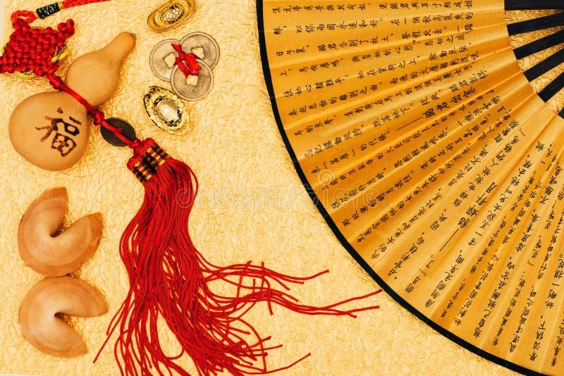 Sammansättning för nytt år för traditionell kines på guld- yttersida arkivbilder