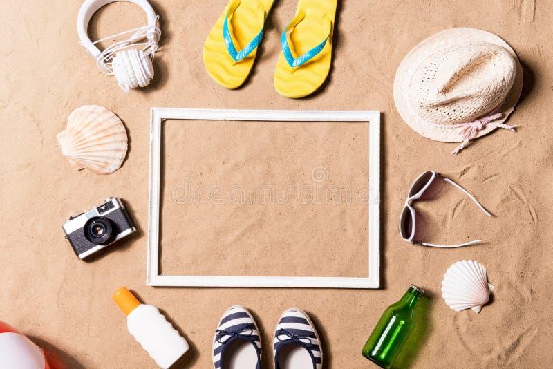 Sammansättning för sommarsemester Bildram, hatt och annat material royaltyfri fotografi