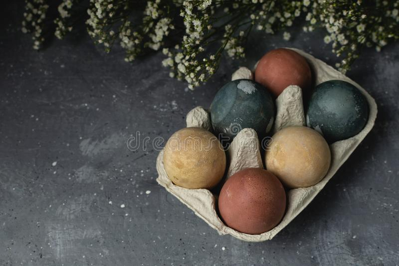 Sammansättning för stil våreaster för minsta bakgrund lantlig - organiska naturligt färgade easter ägg fotografering för bildbyråer
