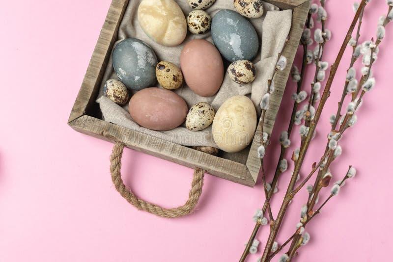 Sammansättning för stil våreaster för minsta bakgrund lantlig - organiska naturligt färgade easter ägg arkivbild