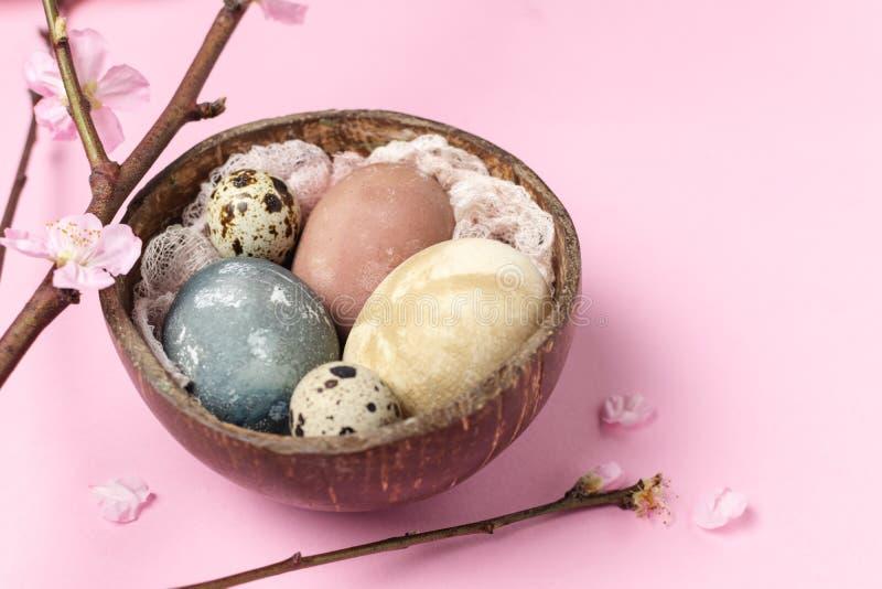 Sammansättning för stil våreaster för minsta bakgrund lantlig - organiska naturligt färgade easter ägg arkivfoto