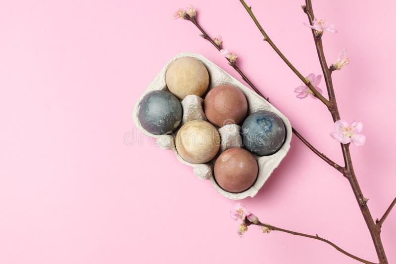 Sammansättning för stil våreaster för minsta bakgrund lantlig - organiska naturligt färgade easter ägg arkivfoton