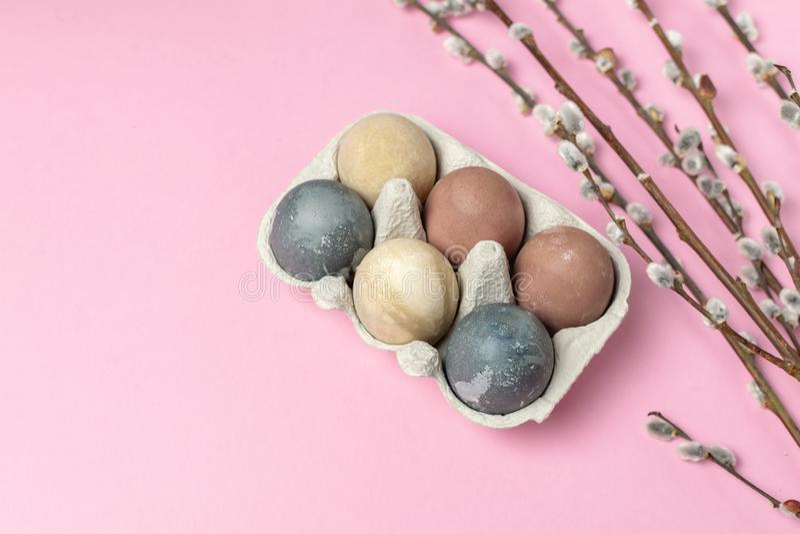 Sammansättning för stil våreaster för minsta bakgrund lantlig - organiska naturligt färgade easter ägg royaltyfria bilder