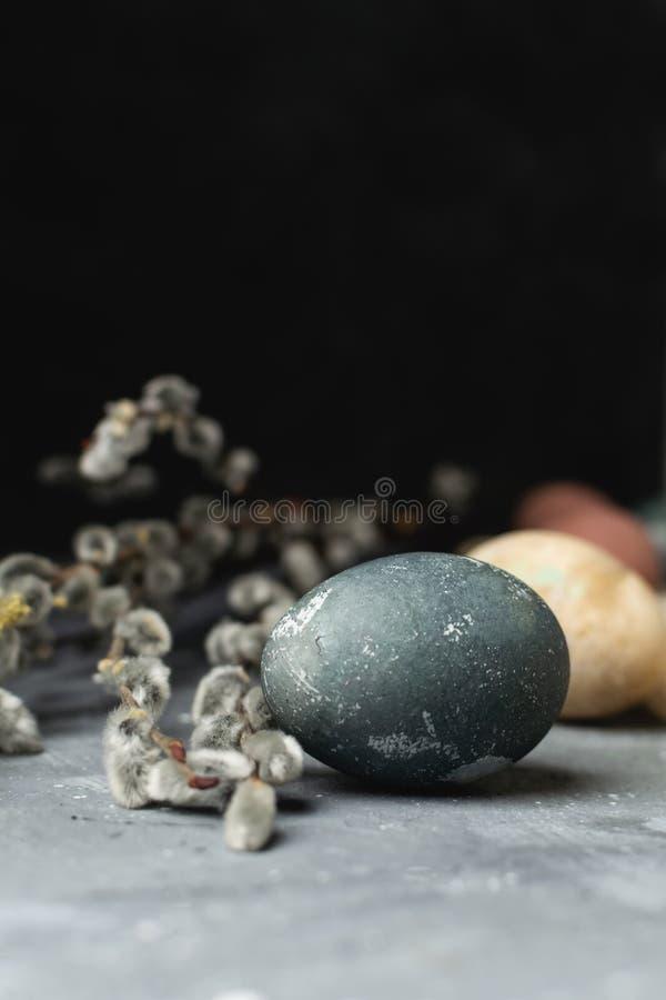 Sammansättning för stil våreaster för minsta bakgrund lantlig - organiska naturligt färgade easter ägg, pilbanch arkivbild