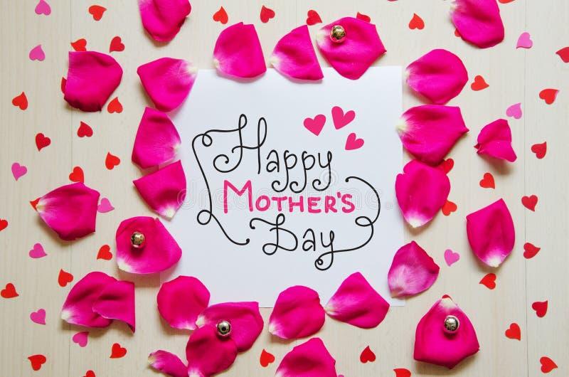 Sammansättning för tappning för dag för moder` s av hälsninganmärkningen med hand dragen bokstäver arkivfoton