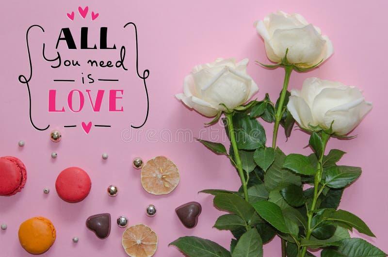 Sammansättning för tappning för dag för St-valentin` s av vita rosor, macarons royaltyfri bild