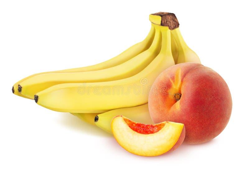 Sammansättning med bananer och utskurna persikor isolerade på vit bakgrund royaltyfria foton