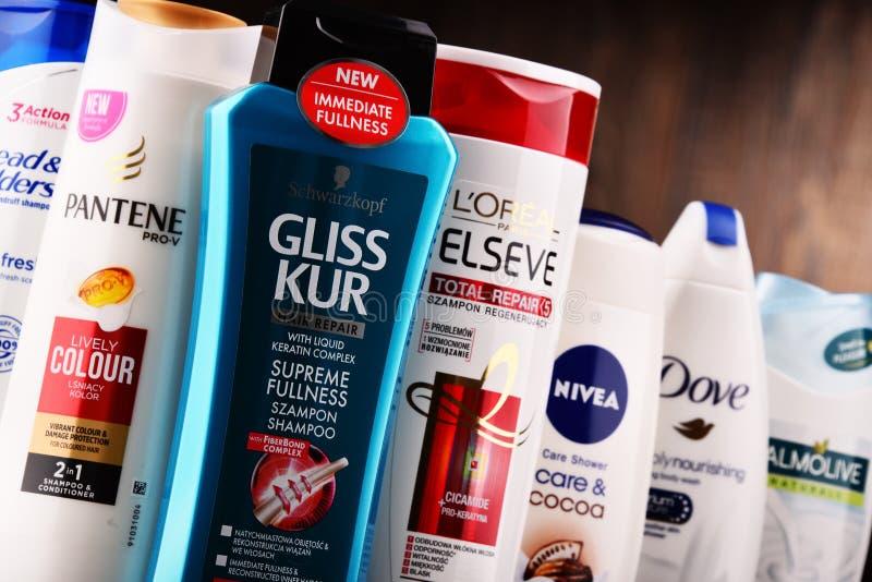 Sammansättning med behållare av globala skönhetsmedelmärken royaltyfri fotografi