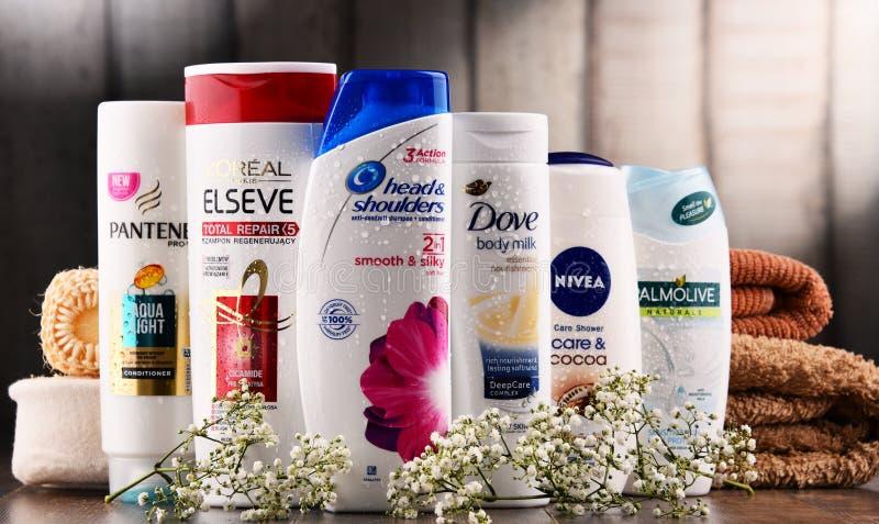 Sammansättning med behållare av globala skönhetsmedelmärken arkivfoto