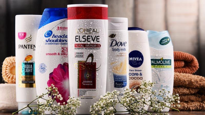 Sammansättning med behållare av globala skönhetsmedelmärken royaltyfria foton