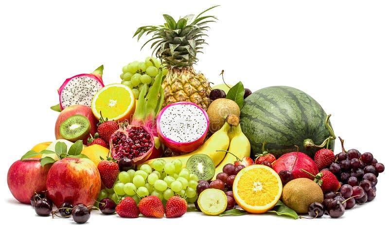 Sammansättning med blandade frukter som isoleras på vit bakgrund med urklippbanan royaltyfri fotografi