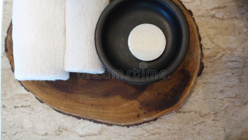 Sammansättning med brunnsortbehandling, handdukar på trämagasinbakgrund arkivfoto