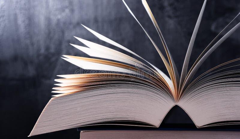 Sammansättning med den öppna boken arkivfoton